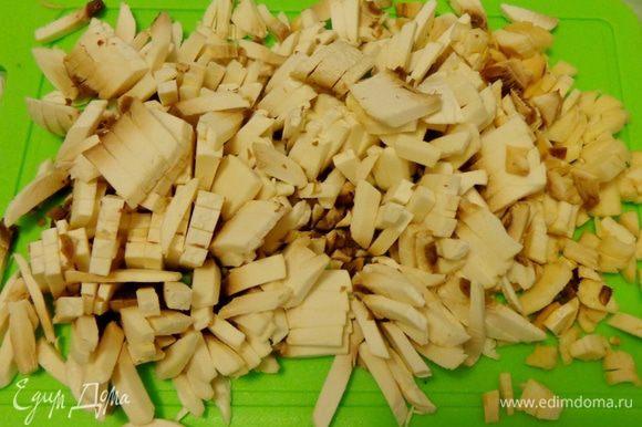 Добавить резаные шампиньоны и протушить все вместе, добавив по вкусу соль, перец, любимые специи. Я добавляла молотый кориандр.