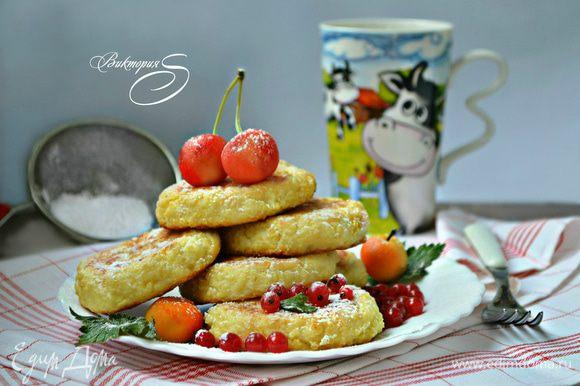 Подавать готовые лепёшки нужно горячими, присыпав сахарной пудрой, с ягодами. Можно подать со сметаной, любимым вареньем или джемом. Заряд сил, энергии и хорошее настроение вам будет обеспечены на целый день! Приготовьте, и вы убедитесь в этом сами!
