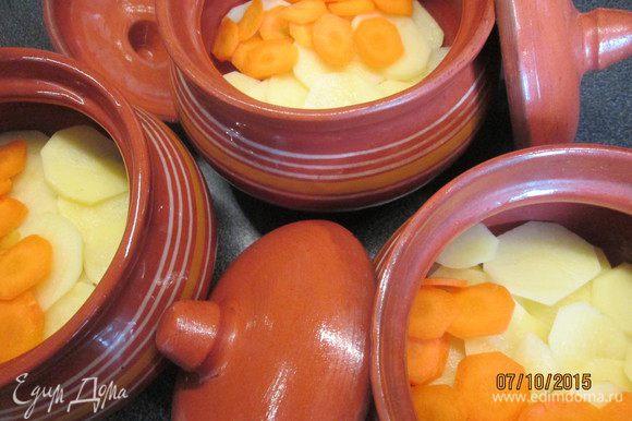 Теперь черёд тонко нарезанного картофеля (можно натертого на крупной терке) и моркови.