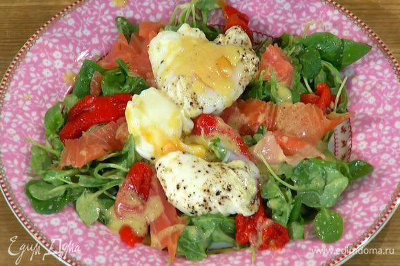 Корн и руколу поместить на блюдо, на салат выложить полоски красного перца и рыбу, а сверху яйца пашот, надорвав вилкой желток, чтобы он слегка растекся, затем полить все оставшейся заправкой.
