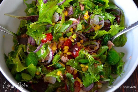 Посолить, поперчить по вкусу, полить немного оливковым маслом и сбрызнуть бальзамическим уксусом. Аккуратно все перемешать. Яйца очистить и нарезать кубиками. Добавить в салат.