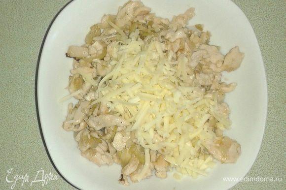 Смешать сыр и еще горячее куриное филе.