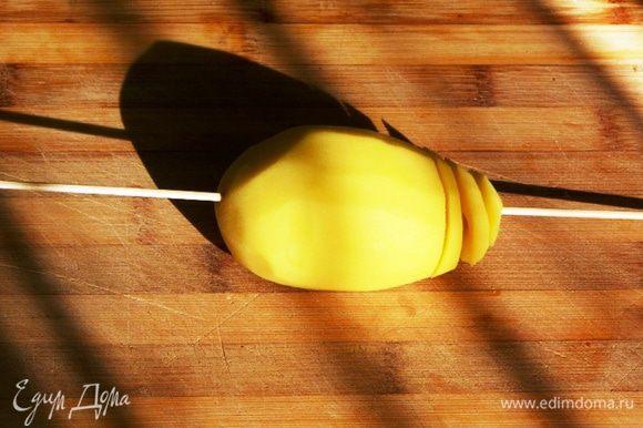 Далее, с помощью острого ножа начинаем разрезать картофель сверху вниз по спирали, упираясь ножом в шпажку.