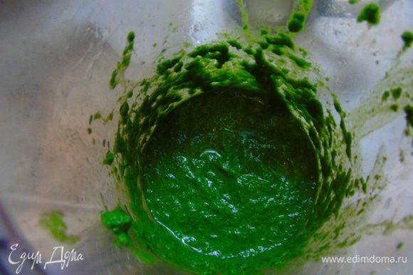 В шпинат добавьте воду и растительное масло и перебейте блендером.