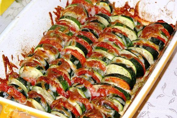 """Посолить, поперчить. Я использовала дополнительно приправу """"Домашняя зелень"""". Сбрызнуть овощи оливковым маслом. Запекать в духовке 15 минут, прикрыв верх фольгой, и еще 20 минут с открытым верхом. При желании за 5 минут до готовности посыпать овощи сыром."""