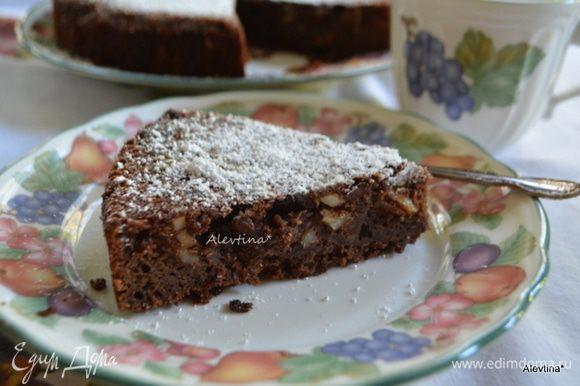 Готовый кекс разрезаем и подаем к столу теплым или остывшим. Можно припылить сахарной пудрой по желанию. Приятного чаепития.