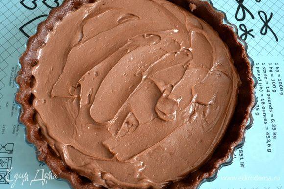 Выложите полученную шоколадную начинку в форму и разровняйте...