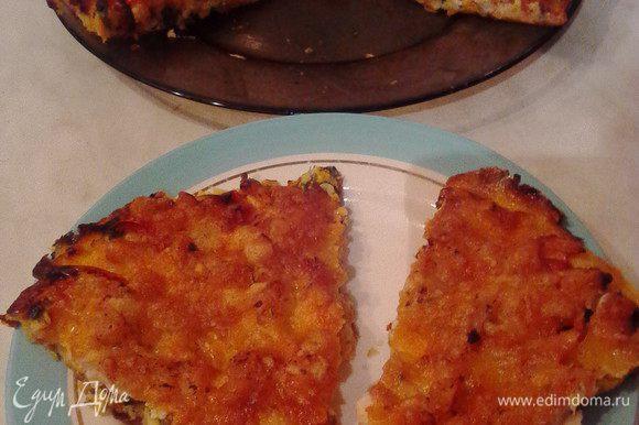 Готовую пиццу чуть остудить, нарезать на сегменты и угощать всех желающих.