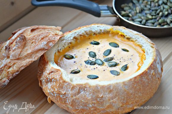 """Дайте хлебной """"тарелочке"""" слегка остыть, наполните тыквенным супом."""
