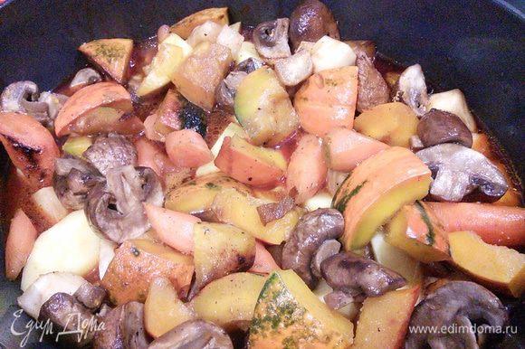 Когда мясо будет почти готово, добавить к нему овощи, перемешать и тушить 20 минут. Не забудьте продлить жидкости, если это необходимо.