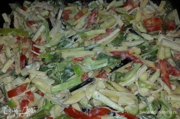 Достаем овощи, перемешиваем и переставляем на верхний уровень духовки. Запекаем примерно 20-25 минут, периодически помешивая.