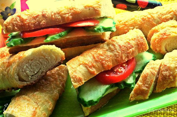 Багеты можно разрезать для удобства на три части,а потом вдоль сделать надрез и положить внутрь овощи.