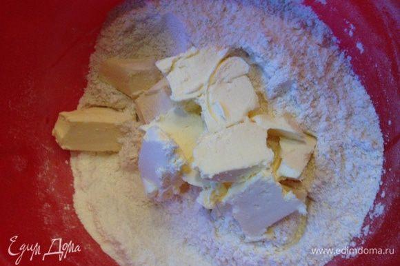 Добавляем к муке соль, сахар и масло, оно должно быть из холодильника. Всё смешиваем в крошку.