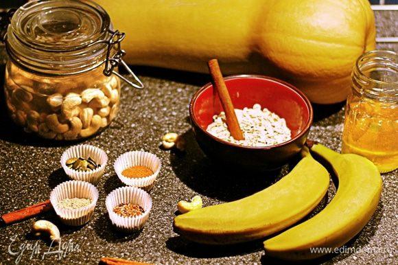 Для приготовления орехового молока замочить кешью в питьевой воде на 1 час. И пока кешью плавают, самое время подготовить остальные ингредиенты.