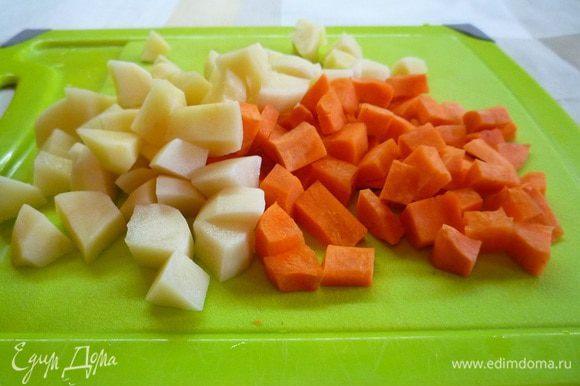 Морковь и картофель очищаем и нарезаем помельче.