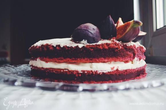 Собираем торт. Чтобы торт голым был красивым, необходимо обрезать торцы. Можно просто обрезать тонкий слой ножом или металлическим кольцом – единственный способ получить все коржи одинаковой формы и размера. Если будете покрывать его кремом снаружи – бока не срезайте, этого все равно никто не оценит. Промазываем коржи кремом. Ну и дальше дело вкуса, сейчас время инжира и я его использовала в виде украшения :)