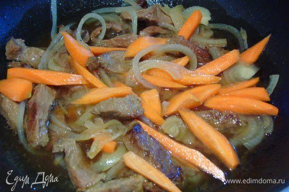 Через пару минут добавить нарезанную крупно морковь.