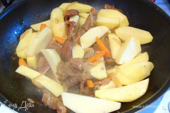 Подержите на гоне минут 5 и добавьте крупно нарезанный картофель.