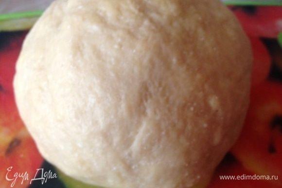 Добавить растительное масло и замесить тесто. Тесто гладкое и очень приятное в работе.