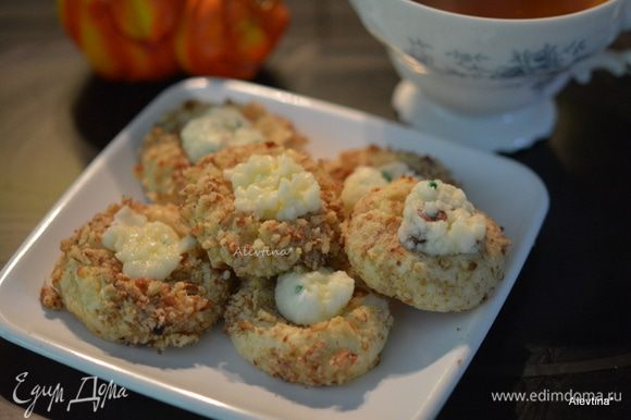 В каждое печенье выложить по 1/2 1 ч. л. начинки. Подаем к столу. Приятного чаепития.