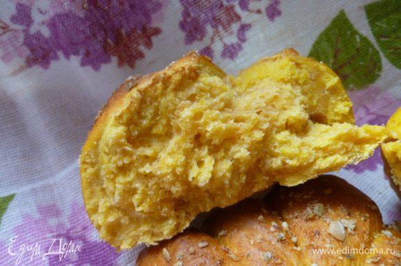 Вот такой солнечный хлебушек в разломе... Мне, как любителю тыквы, такой хлебушек очень нравится. Приятного аппетита!