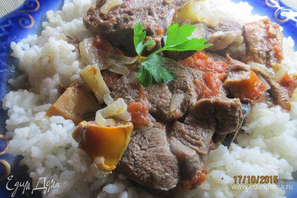 Подаем на блюде в окружении риса...