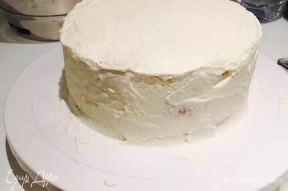 Далее аккуратно обмазываем весь торт кремом.