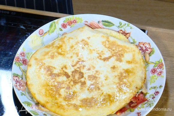 Разогреть в сковороде оставшееся оливковое масло, выложить кесадилью и обжаривать с одной стороны пару минут, чтобы сыр расплавился, затем перевернуть и обжарить со второй стороны.