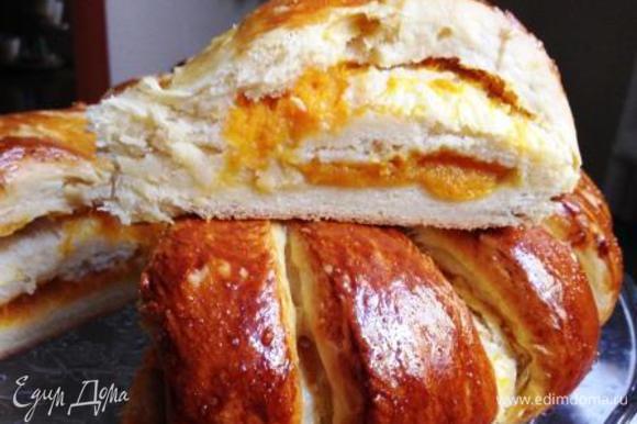 Смазать яичным желтком и поставить в разогретую (у меня до 200 градусов) духовку на 20-30 минут (если начинка сухая) или на 1 час (если влажная, как у меня).