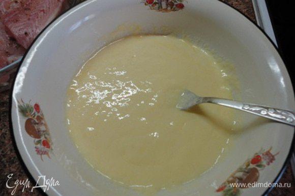 Включить духовку для разогрева до 200 градусов. В достаточно широкой посуде (чтобы было удобно обмакивать куски рыбы) с помощью вилки смешать яйцо и сметану (вместо сметаны можно использовать майонез).