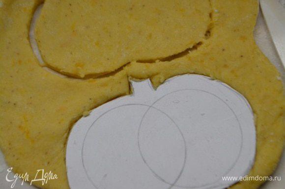 Тесто раскатать на присыпанной мукой столе. Вырезать формочкой или картонной заготовкой печенья. Это будут бока. Их должно быть в 2 раза больше чем серединок.