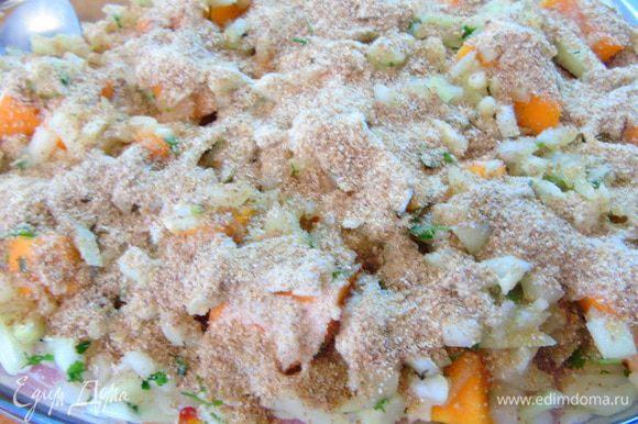 Поверх рыбы выложите смесь тыквы с луком и чесноком. Присыпьте панировочными сухарями. Отправьте в разогретую до 180С духовку на 30-35 минут.