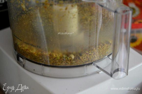 Разогреть духовку до 190 °С. Фисташки очистить и размолоть.
