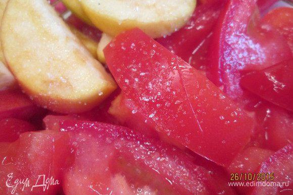 Присыпаем сахаром помидоры и яблоки.