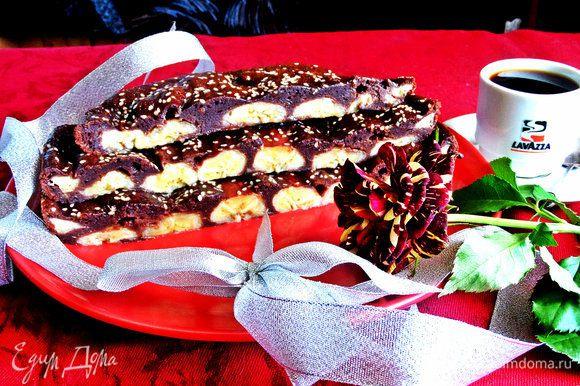 Пирог сытный,небольшим квадратным кусочком вполне можно утолить тягу к сладкому с чашечкой кофе)))