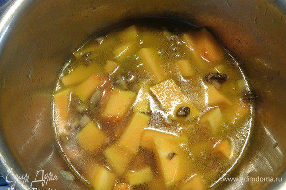 Добавить в кастрюлю, в которой уже поджарены лук, чеснок и грибы. Долить горячей воды так, чтобы она полностью покрывала все овощи. Добавить перец горошком и лавровый лист. Засечь 10 минут.