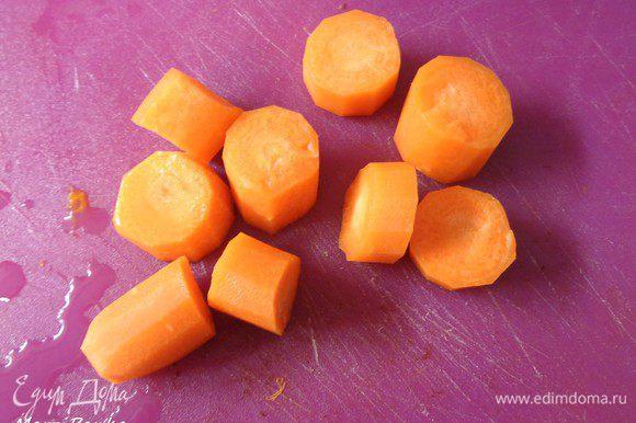 В это время помыть и почистить морковку. Нарезать крупно.