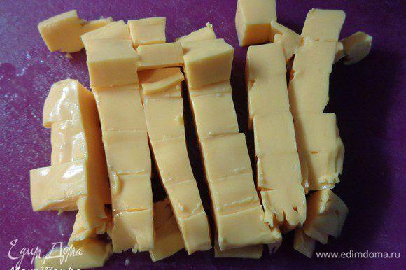 Суп ставим опять на огонь. Плавленный сыр (у меня Чеддер в пластинках) режем и добавляем в суп. Постоянно мешаем до полного растворения сыра. В конце кладем мелко нарезанный укроп.