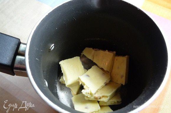 В сотейник кладем поломанный на кусочки белый шоколад.