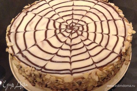 Достать торт из холодильника, покрыть ганашем (у меня был он в остатках). Для этого необходимо: подогреть сливки, вылить на кусочки шоколада, перемешать до однородности, покрыть торт заранее отложенным кремом с помощью корнетика. Нарисовать круги по спирали, быстро ножом или зубочисткой провести линии от центра и наоборот. Карл Шумахер использует помадку обычную и подкрашенное какао (вот выкладываю фото по оригинальному рецепту). Бока обсыпать миндальными лепестками или рубленными орехами.
