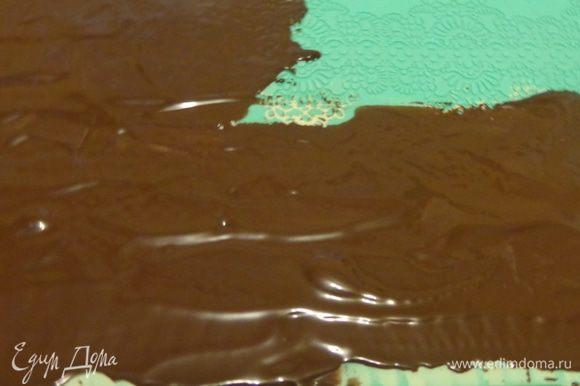 Растопить черный шоколад и очень аккуратно, но быстро нанести его на белый слой. Охладить.