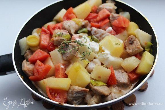 Залить сливками с бульоном, потушить 15 минут, добавить тимьян. Посолить, поперчить по вкусу.