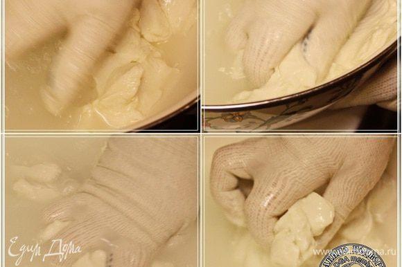 Месим как тесто, добиваясь однородного по структуре, пластичного сгустка. Вполне возможно, что по мере остывания воды, понадобится добавлять понемногу горячей.