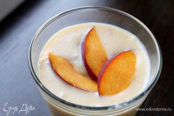 Перелить в стакан, украсить дольками персиков и сразу подавать. Приятного аппетита и солнечного настроения!