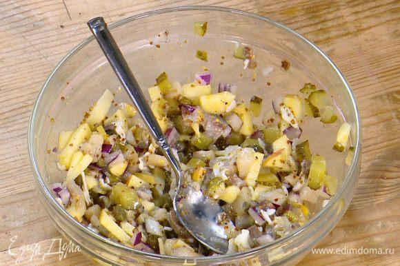 Сельдь соединить с яблоком, огурцом, луком и каперсами, добавить горчицу и мед, посолить, поперчить, затем выложить в начинку одно яйцо пашот и все вымешать.