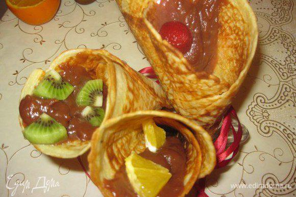 Накладываем крем в вафельные трубочки или рожки, можно украсить кусочками фруктов, и быстро съедаем. Приятного аппетита!