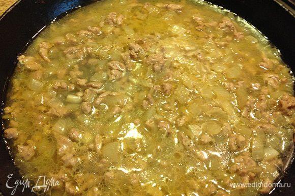 Влить горячий бульон (можно просто горячую воду). Жидкость полностью должна покрыть мясо. Накрыть крышкой и тушить полчаса.