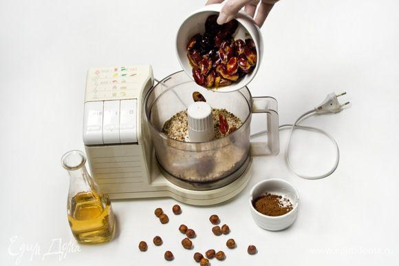 Добавить к орехам финики, 1/2 какао и 1/3 кленового сиропа и все тщательно перерубить.