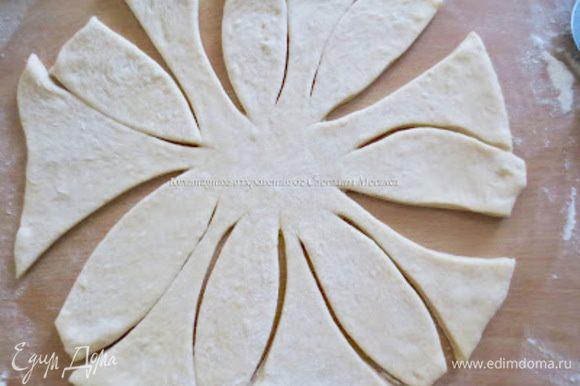 Из каждой части раскатать лепешку, толщиной 4-5 мм. Сделать фигурные разрезы как показано на фото.