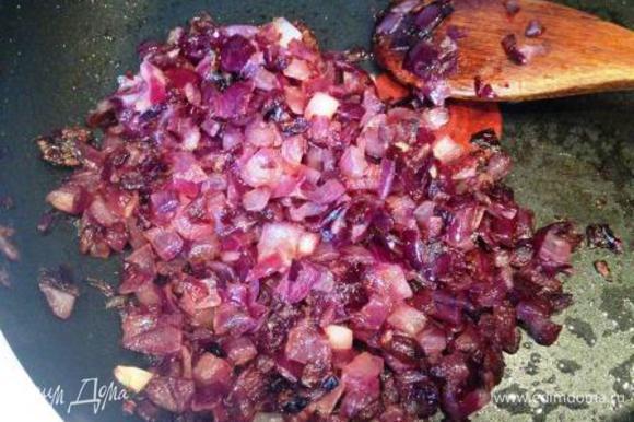 Лук почистить, мелко порезать и обжарить на растительном масле.
